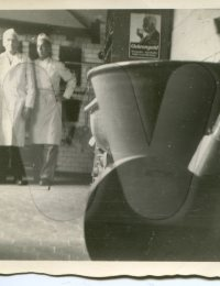 Herbert Graf (rechts) mit Grossvater und Firmengründer Peter Graf vor dem Königswinterofen.